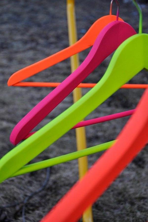 Neon Farbe Kleiderbügel-originelle-Gestaltung-mit-neon-Farben