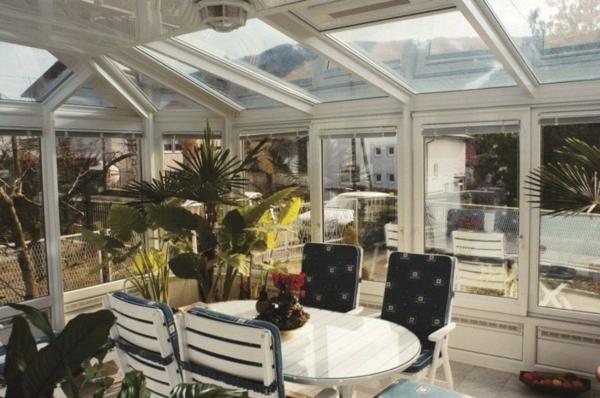 Kunststoffstühle-Wintergarten-Ideen-mit-Pflanzen