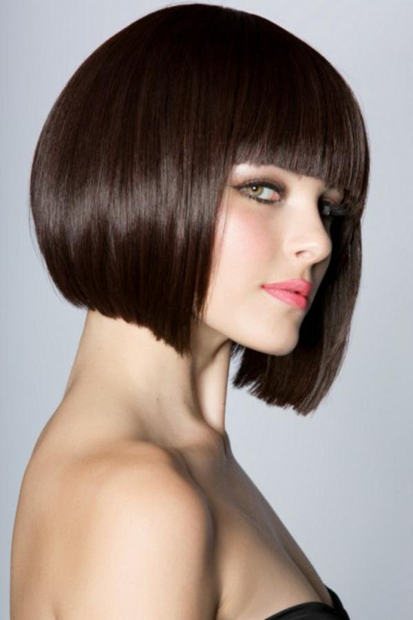 modern aussehende frau mit kurzen braunen haaren