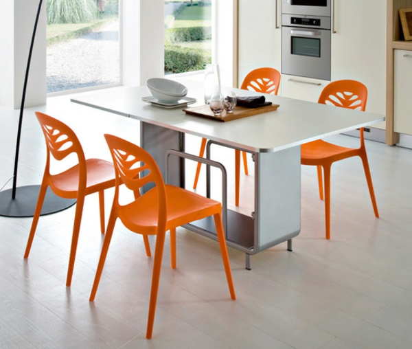 Stühle-in-Orange-im-Esszimmer-modernes-Interior-Design-