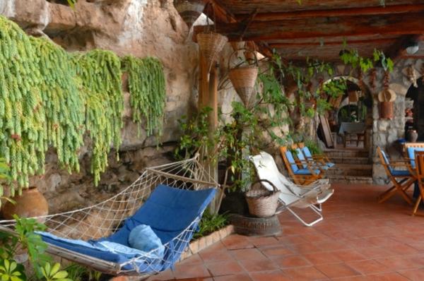 Terrasse-mit-modernen-Möbeln-einrichten-Hängesessel