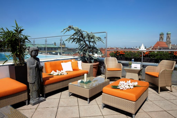 Terrasse-mit-modernen-Möbeln-gestalten-in-Orange