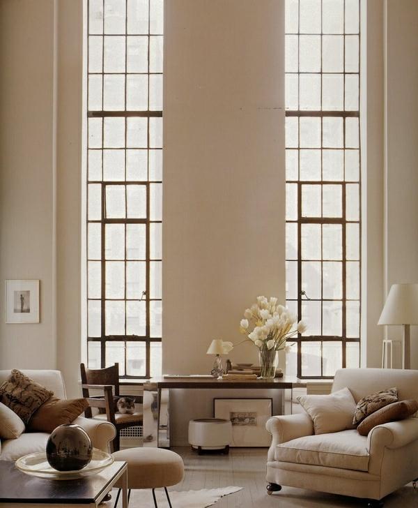 Wandfarbe-Eierschalenfarben-fantastische-große-Fenster-elegante-und-stilvolle-Wandgestaltung-mit-neutralen-Farben