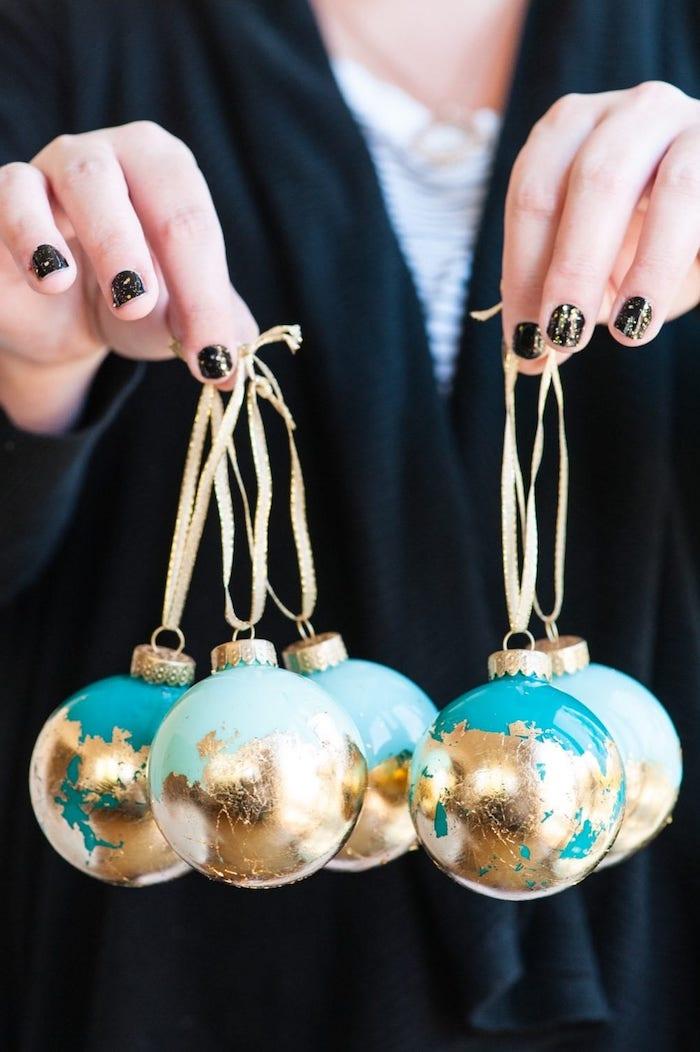 Blaue Weihnachtskugeln mit goldener Verzierung, Weihnachtsdeko selber machen