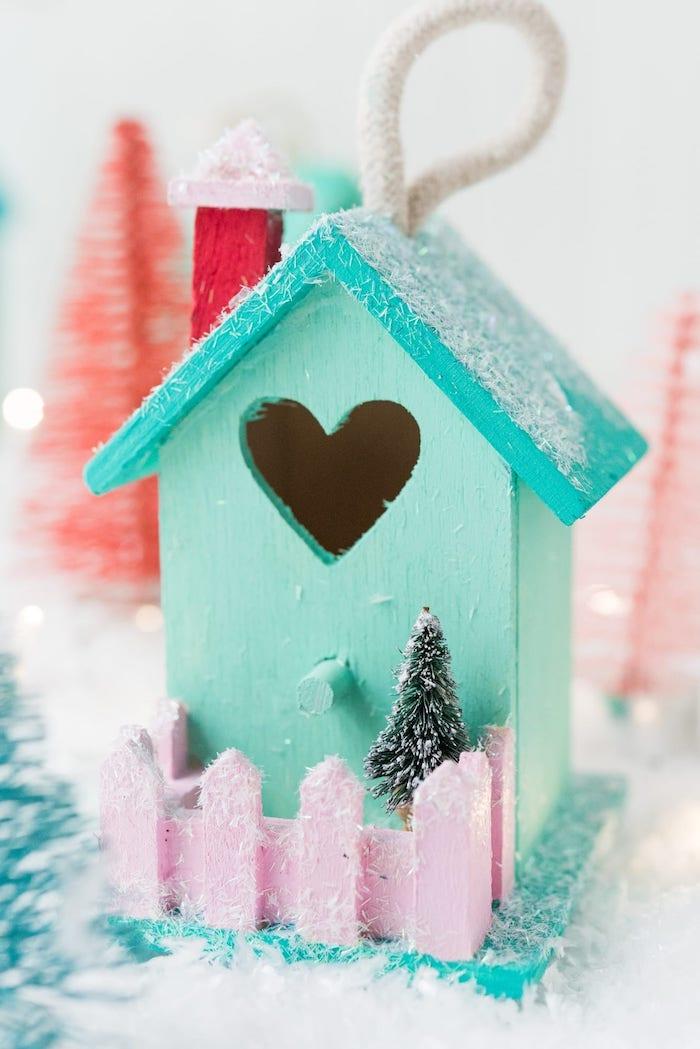 Häuschen aus Holz mit Acrylfarben bemalen, kleine Tannenbaum Figur, mit künstlichem Schnee verzieren