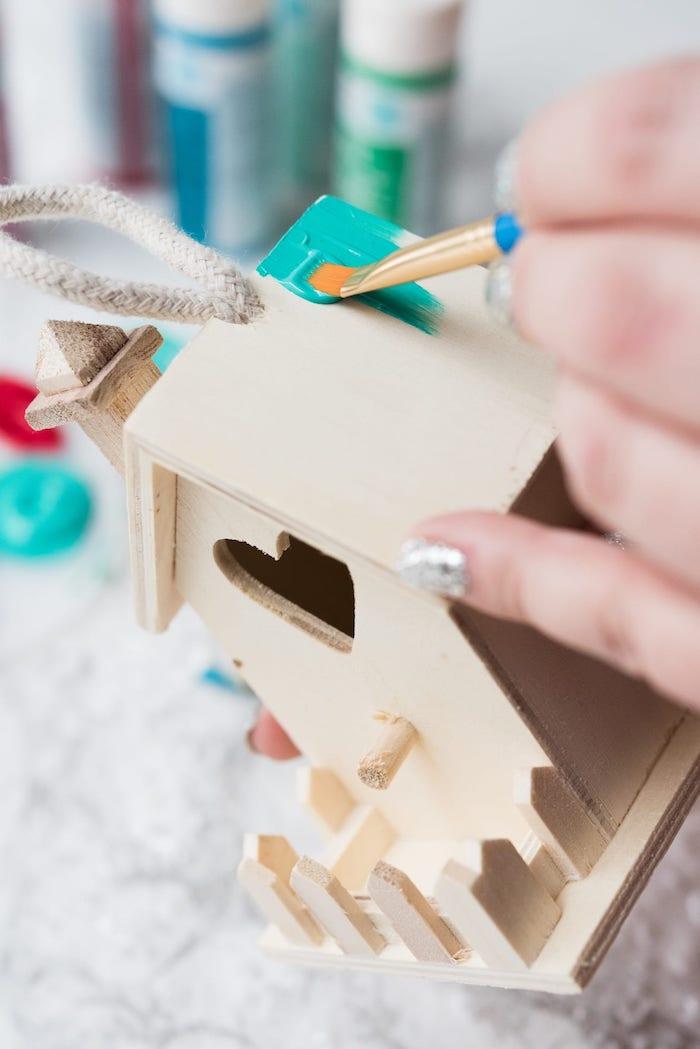 Häuschen aus Holz mit Acrylfarben bemalen, DIY Weihnachtsdeko Ideen zum Nachmachen