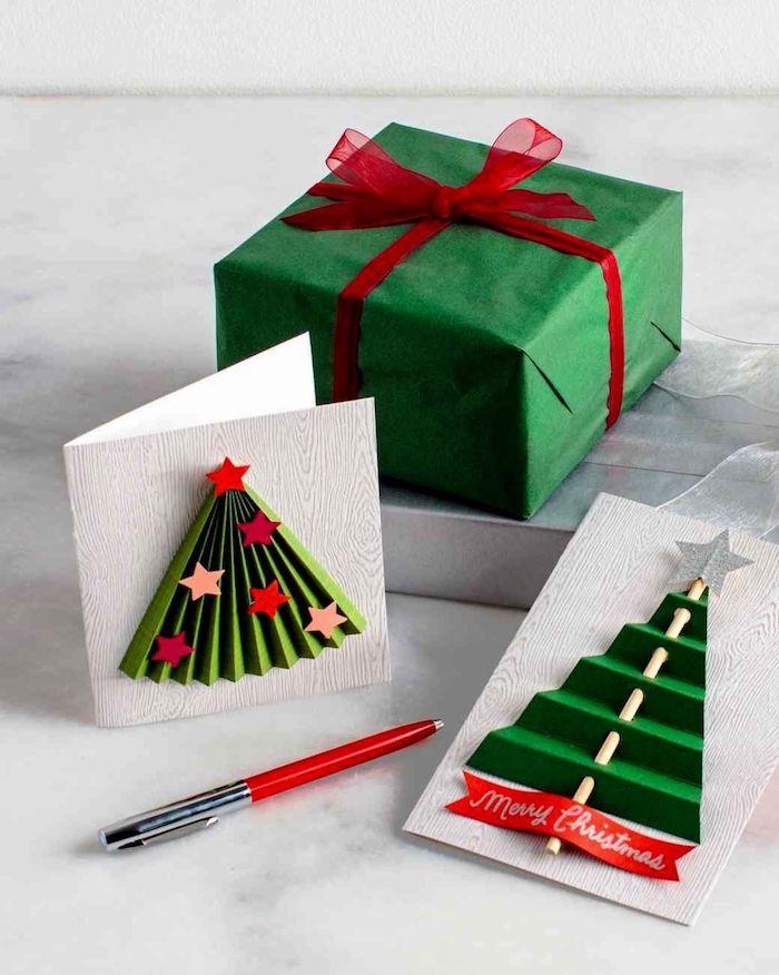 DIY Weihnachtskarten mit 3D Effekt, Papier wie Ziehharmonika falten, Weihnachtsbaum ausschneiden, kleine Sterne aufkleben