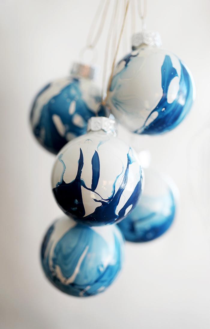 Weiße Weihnachtskugeln mit blauem Nagellack verzieren, DIY Christbaumkugeln Idee