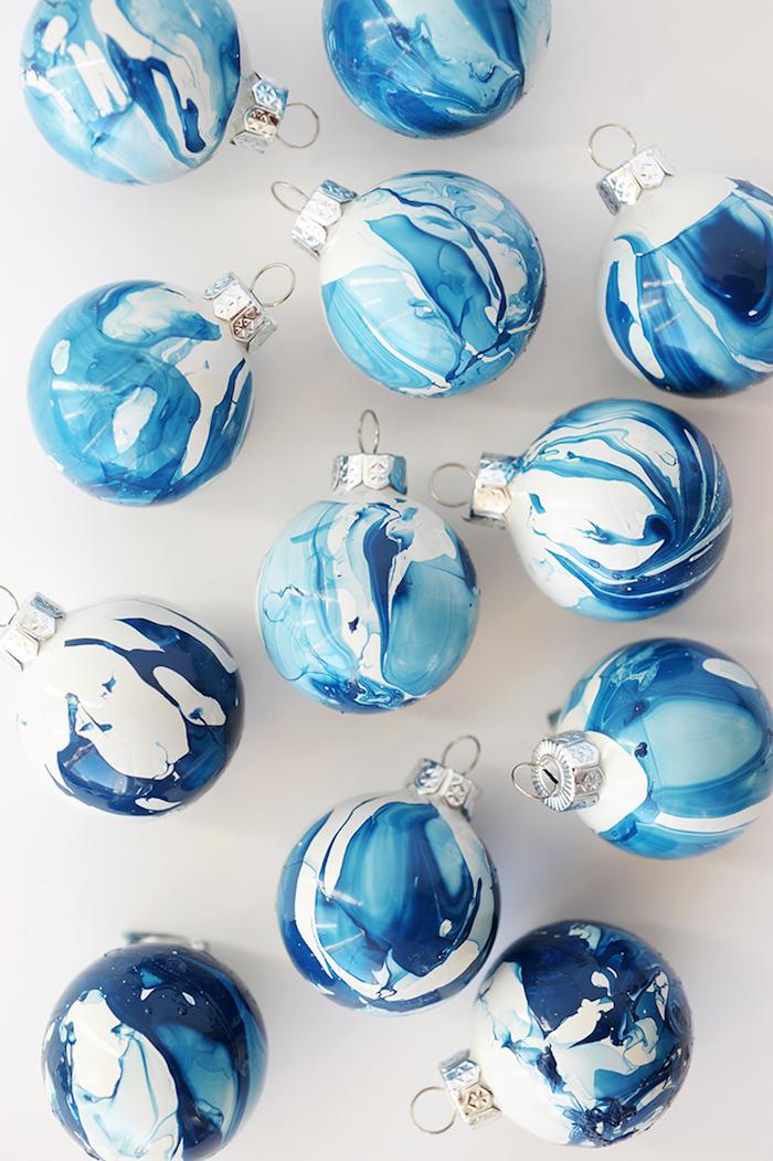 Christbaumkugeln mit Nagellack dekorieren, Kombination aus Weiß und Blau Nuancen