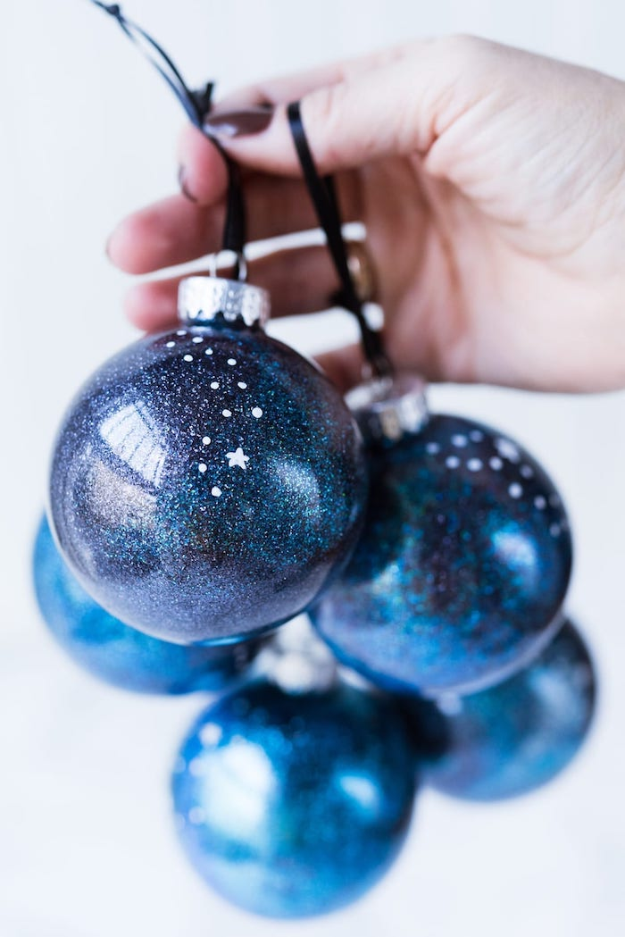 DIY Galaxie Christbaumkugeln, blaue Weihnachtskugeln mit Glitzer und kleinen Sternen