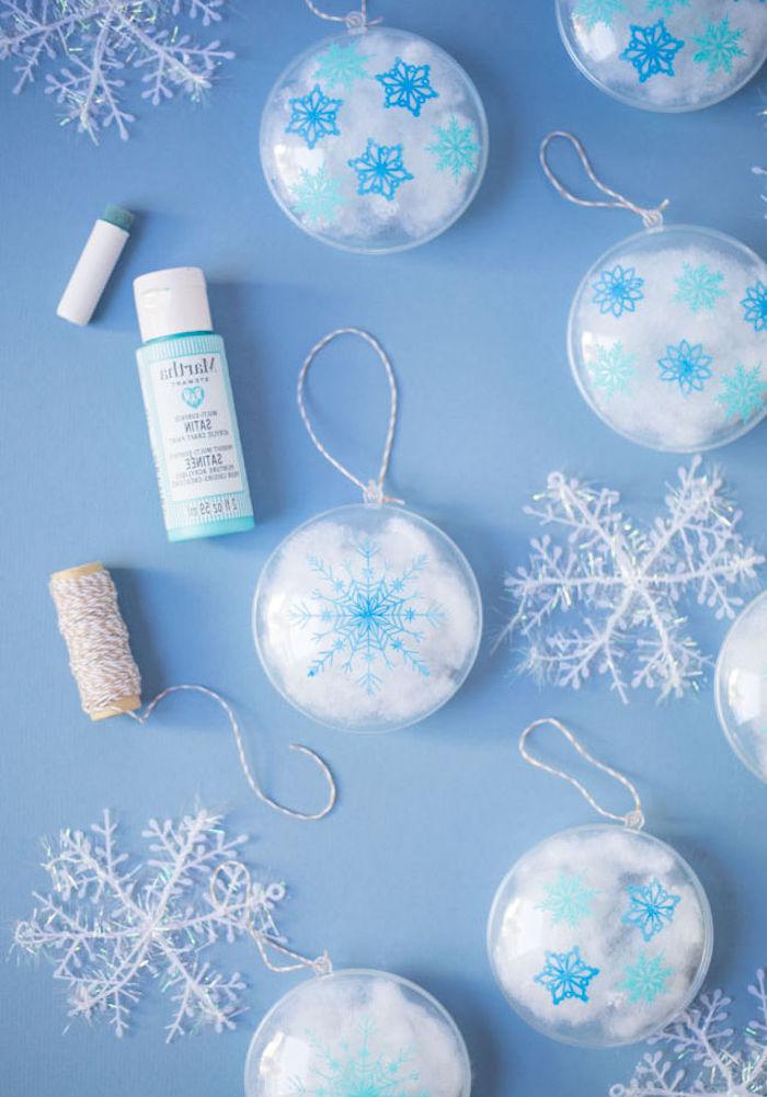 Weihnachtsschmuck selber machen, durchsichtige Christbaumkugeln mit Schneeflocken verzieren