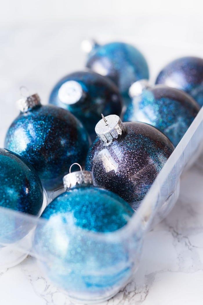 Galaxie Christbaumkugeln selber machen, durchsichtige Weihnachtskugeln aus Glas mit Glitzer verzieren