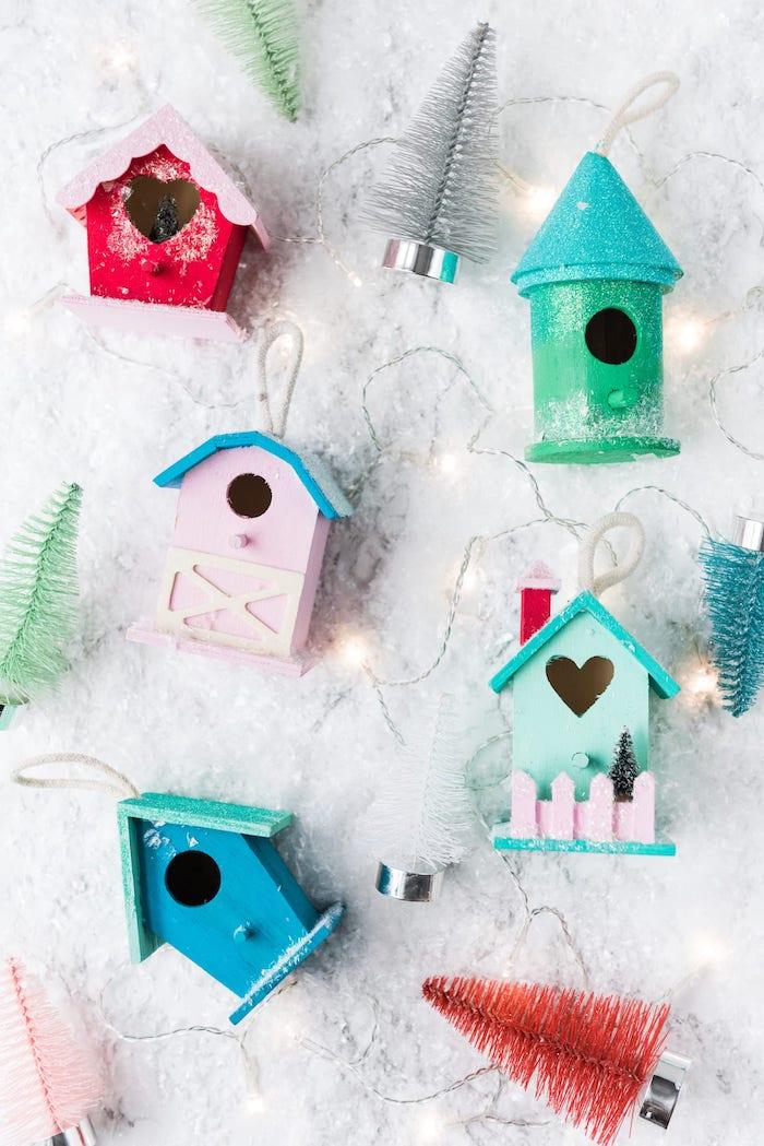 Kleine Häuschen aus Holz mit Acrylfarben bemalen, bunte Tannenbaum Figuren, künstlicher Schnee