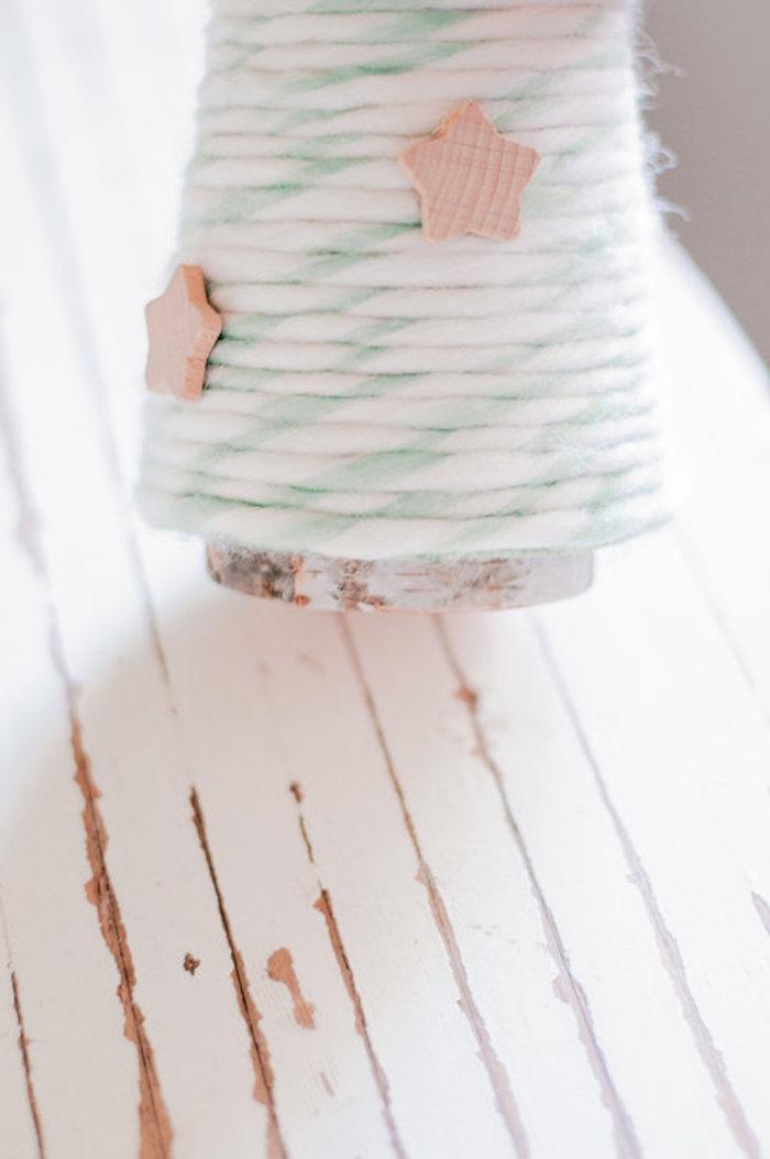 Weihnachtsbaum basteln Schritt für Schritt, Styropor Kegel mit Wollfaden umwickel, kleine Holzsterne aufkleben