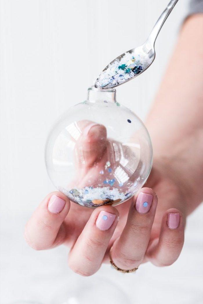 Durchsichtige Kugel aus Glas mit künstlichem Schnee und Glitzer füllen, Weihnachtsschmuck selber machen