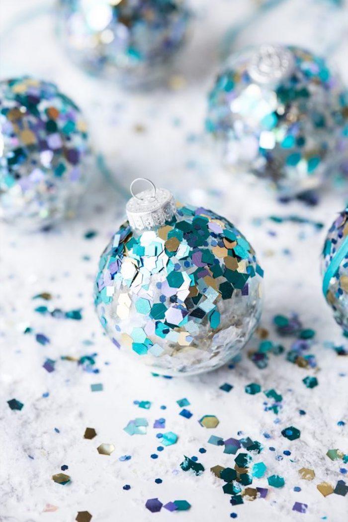 Durchsichtige Christbaumkugeln mit Pailletten verzieren, Weihnachtsschmuck selber machen