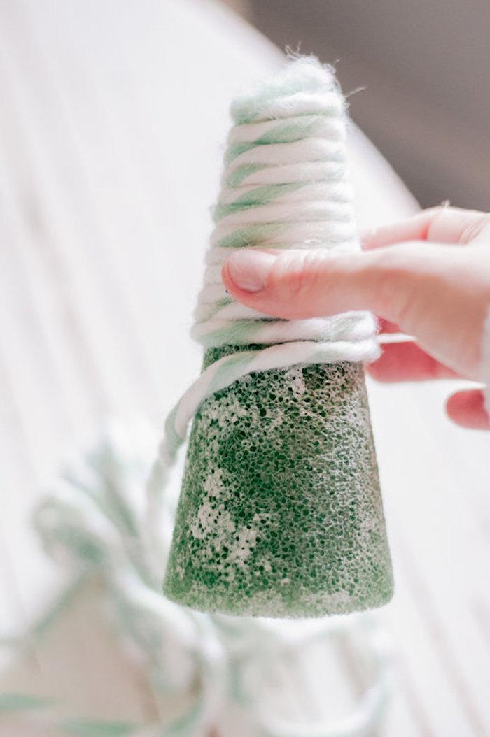 Styropor Kegel mit Wollfaden umwickeln, Weihnachtsbaum selber machen