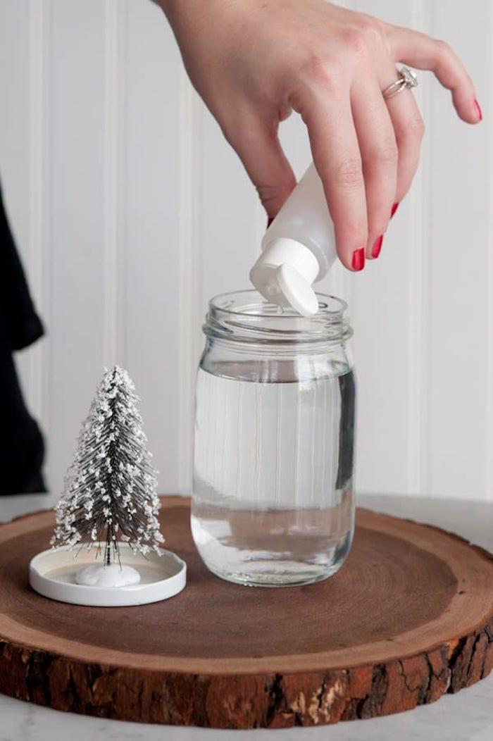 Anleitung für DIY Schneekugel, destilliertes Wasser und Glyzerin in Einmachglas geben