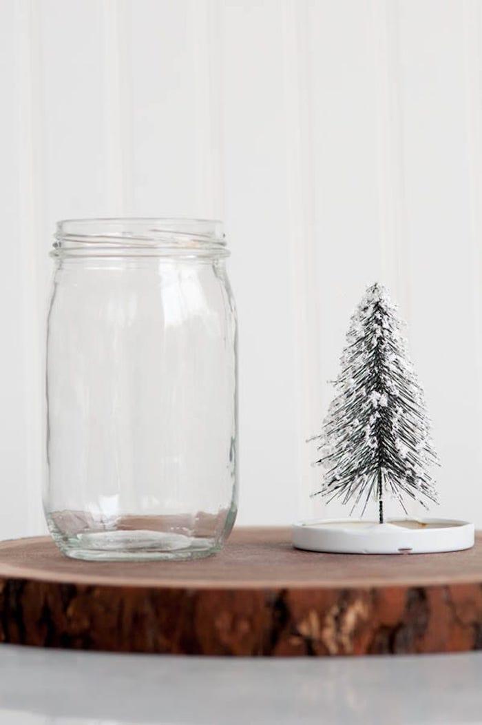 Schneekugel selber machen Schritt für Schritt, Einmachglas und Tannenbaum Figur mit künstlichem Schnee