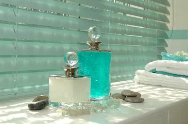 blaue-moderne-rollos-für-badfentser