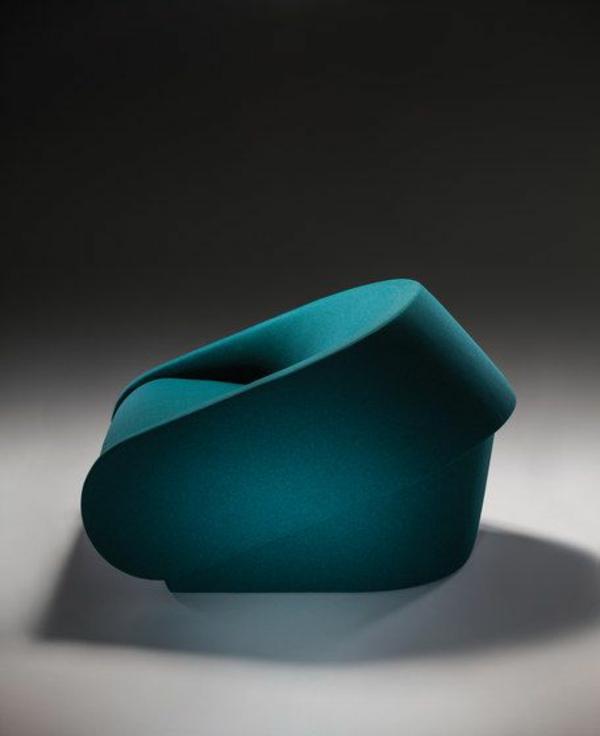 blauer--Designstuhl-mit-erstaunlichem-Design