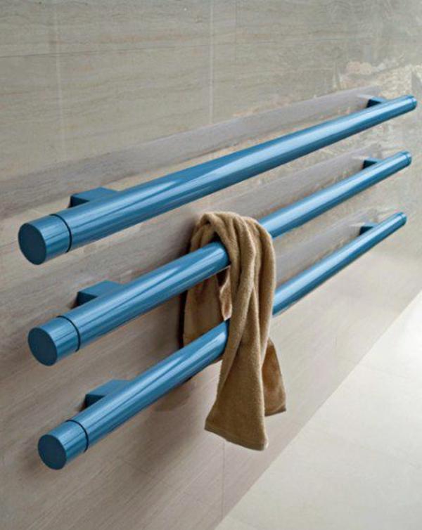 blauer-Heizkörper-Handtuchhalter-im-Badezimmer