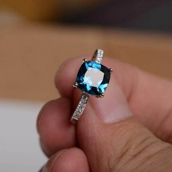 blauer-Stein-wunderschöner-Verlobungsring