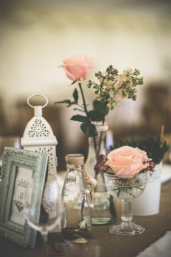 blumendeko-für-hochzeit-rosige-rosen-und-weiße-dekoartikel