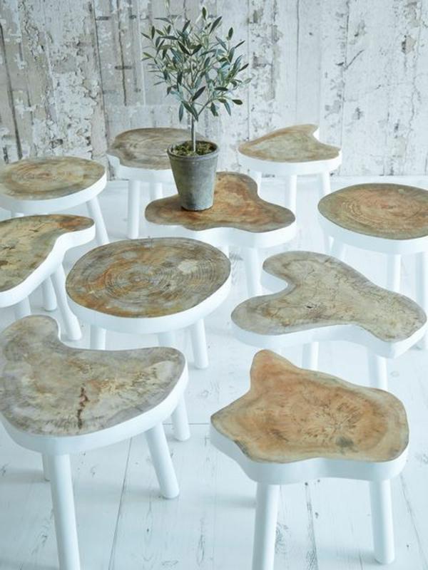 coole-Hocker-mit-originellem-Design-aus-Holzstamm-mit-weiß-gestreichten-Beinen