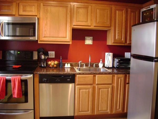 coole-rote-küchen-wandfarbe-schränke-aus-holz