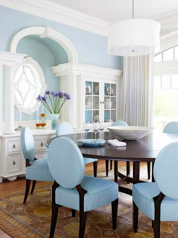 coole-zimmer-einrichtungsideen-blaue-stühle-im-esszimmer