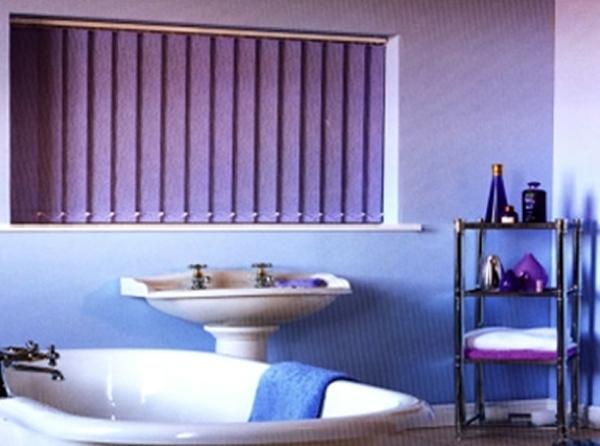 cooles-badezimmer-design-mit-rollos-für-badfentser