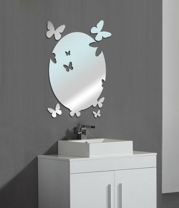 cooles-ultramodernes-badezimmer-mit-einem-designer-badspiegel
