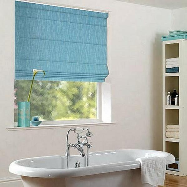 cooles-weißes-badezimmer-mit-blauen-rollos-für-badfentser
