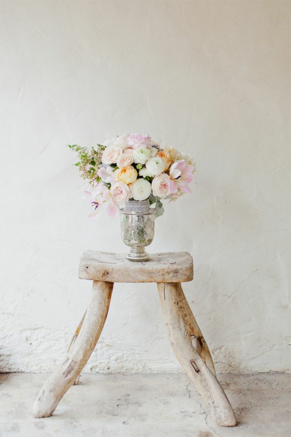 dekorativer-Holzhocker-im-rustikalen-Stil