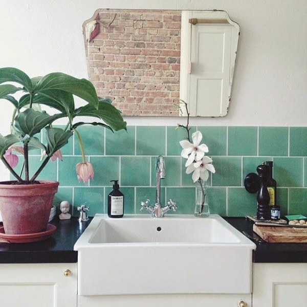 designer-badspiegel-im-rustikalen-badezimmer