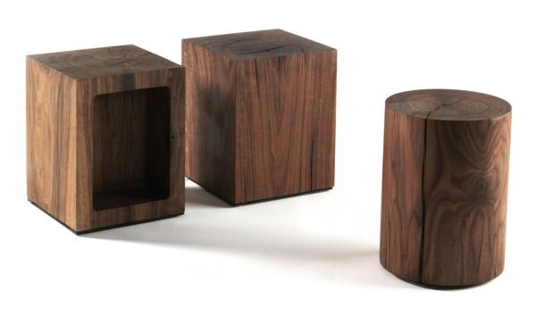 drei-moderne-und-elegante-dunkle-Holzhocker