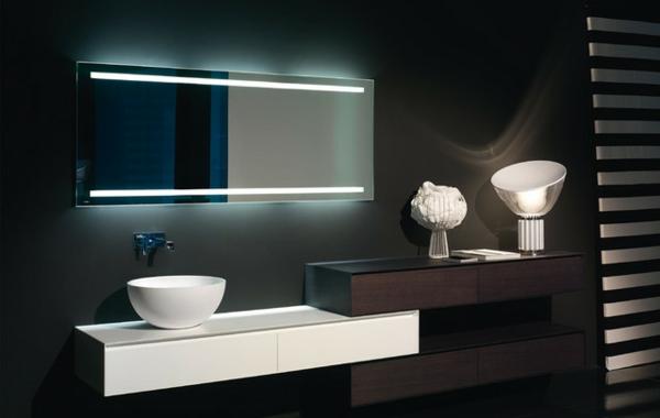 dunkles-badezimmer-mit-einem-designer-badspiegel
