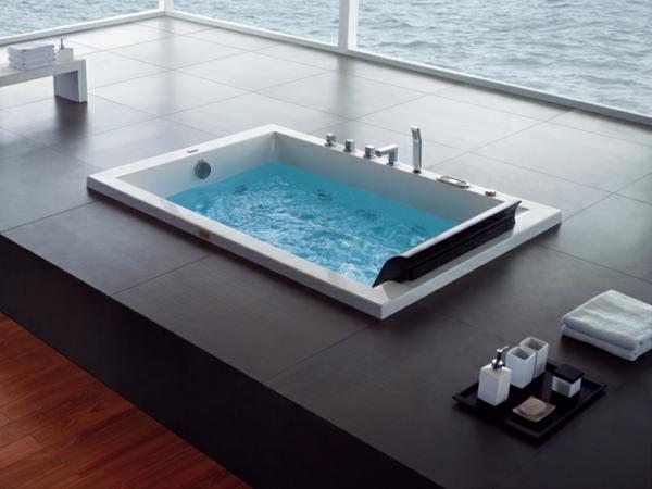 -ein-modernes-Badezimmer-mit-einer-Whirlwanne--