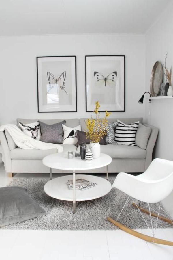wohnzimmer olivgrün:Elegante Wohnzimmer mit schwarz-weißem Bild an der Wand.
