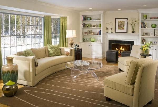 wohnzimmer olivgrün:elegante-Wohnzimmer-mit-Teppich-und-Vorhängen-in-Grün