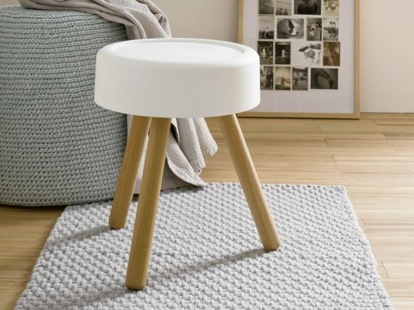 eleganter-und-schöner-Hocker-mit-Holzbeinen-im-Wohnzimmer