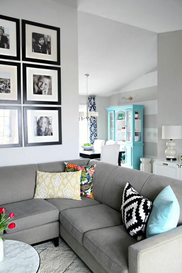 wohnzimmer olivgrün:elegantes-Wohnzimmer-mit-vielen-Fotos-in-Rahmen-an-der-Wand