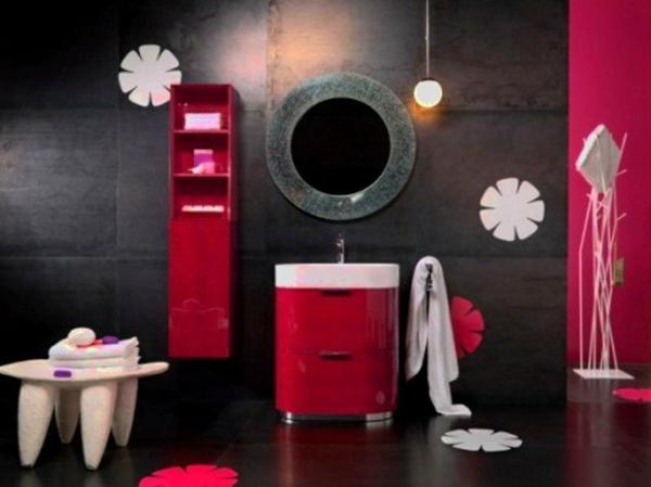 elegantes-badezimmer-mit-einem-designer-badspiegel