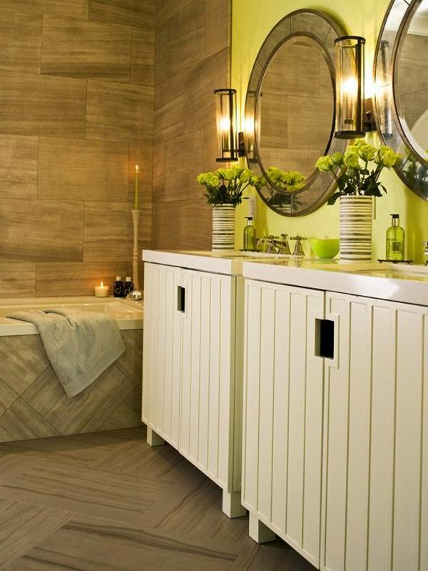 elegantes-interessantes-badezimmer-mit-einem-designer-badspiegel