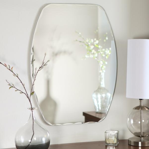 elegantes-weißes-badezimmer-mit-einem-designer-badspiegel