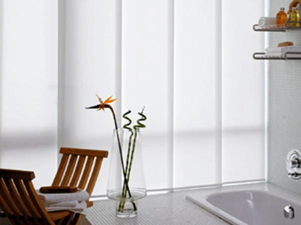 Elegantes Weißes Badezimmer Mit Rollos Für Badfentser