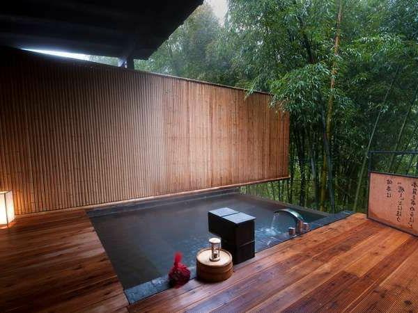 Whirlpool-im-Garten-Holzboden