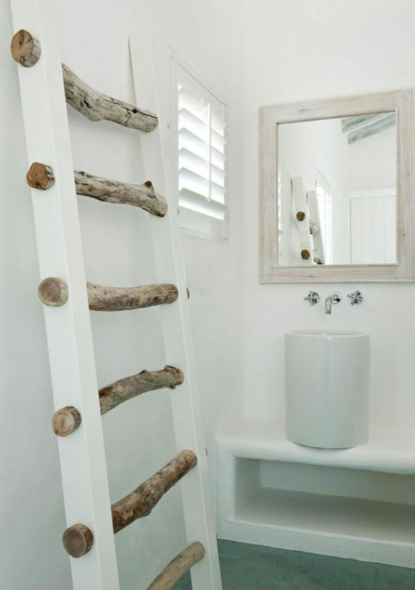 fantastischer-und-praktischer-Holzleiter-in-Weiß-im-Badezimmer