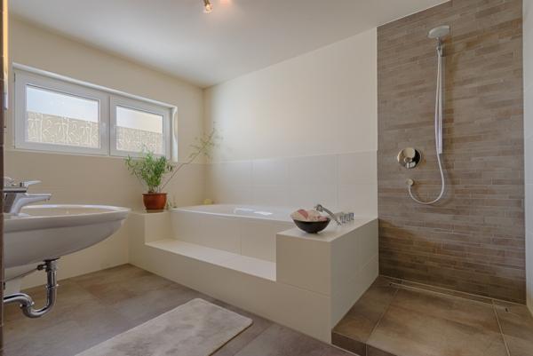 fantastisches-Badezimmer-mit-moderner-Gestaltung--